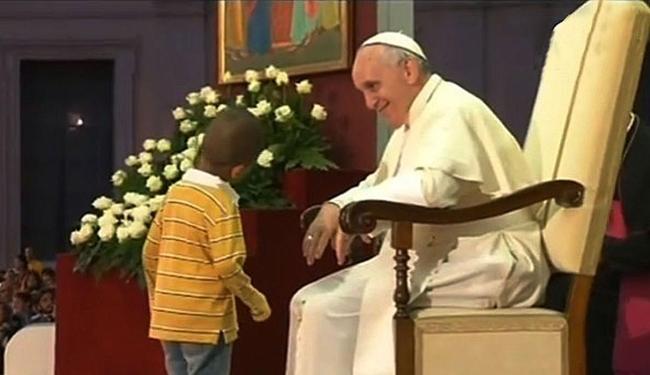 Menino não se fez de rogado e subiu para cumprimentar o papa - Foto: Reprodução