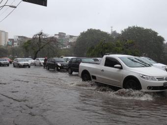 Chuva provoca alagamentos em diversas vias de Salvador - Foto: Edilson Lima   Ag. A TARDE