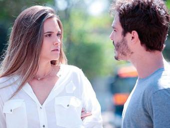 A moça vai atrás do garoto para saber mais sobre a tia dele - Foto: TV Globo   Divulgação