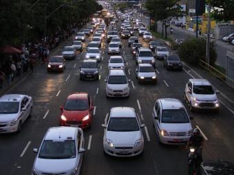 Retenções estão ocorrendo em várias avenidas de Salvador - Foto: Adilton Venegeroles | Ag. A TARDE