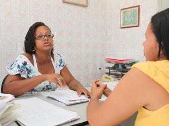 Mesmo com deficiência auditiva profunda, Valdijane Gomes (E) trabalha em dois lugares - Foto: Edilson Lima   Ag. A TARDE
