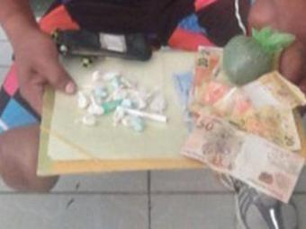 PM encontrou 19 trouxas de cocaína e R$ 210,75, em dinheiro com José Roberto - Foto: Divulgação/ Polícia Civil