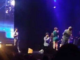 Filho do sertanejo subiu ao palco do pai e pediu namorada em casamento - Foto: Reprodução   Youtube