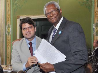 Edvaldo Brito (PTB), à direita, entrega texto do Regimento Interno - Foto: Valdemiro Lopes | Divulgação