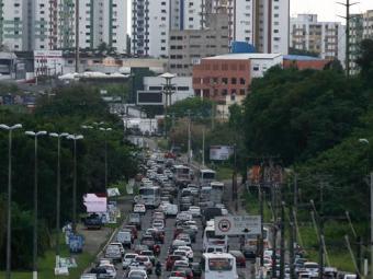 Avenida Paralela, no sentido aeroporto, está congestionada - Foto: Raul Spinassé | Ag. A TARDE