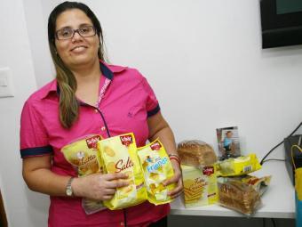 A contadora Maria das Graças tem intolerância ao glúten e sempre lê o rótulo dos alimentos - Foto: Margarida Neide | Ag. A TARDE