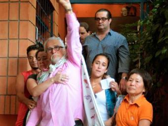 José Genoino é acompanhado pela família ao sair de casa para se entregar à PF - Foto: Robson Fernandjes | Estadão Conteúdo