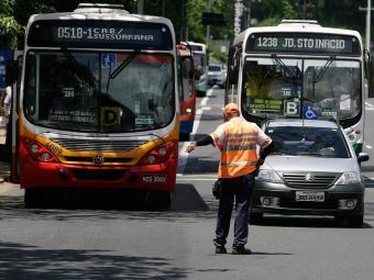 Fiscalização da faixa exclusiva atrapalha o trânsito nas principais vias - Foto: Marco Aurélio Martins   Ag. A TARDE