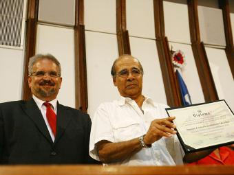 Antonio Dias (D) recebe de Marcelino Galo o diploma do pai, Giocondo Dias - Foto: Margarida Neide   Ag. A TARDE