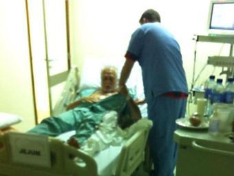 Profissional de saúde atende o deputado licenciado - Foto: Reprodução