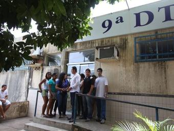 Alunos que ficaram de fora do exame na 9ª DT da Boca do Rio - Foto: Edilson Lima | Ag. A TARDE