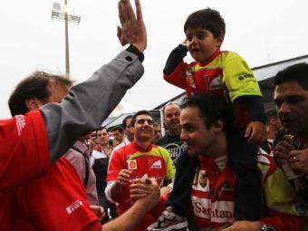 Massa leva o filho nos ombros, após corrida em Interlagos - Foto: Nacho Doce | Ag. Reuters