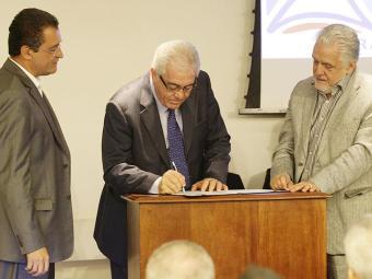 A assinatura do protocolo de intenções contou com o governador (D), o vice Otto e Rui Costa (E) - Foto: Marco Aurélio Martins | Ag. A TARDE
