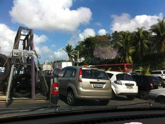 Congestionamento começa na entrada do Imbuí e segue no sentido Aeroporto - Foto: Vanessa Bonin   Foto do leitor   Ag. A TARDE