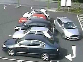 Durante a manobra, motorista bateu de ré em outros veículos - Foto: Reprodução