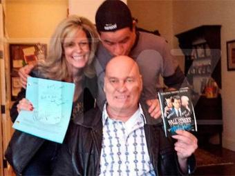 Site TMZ divulgou a foto do ator com o fã, que visitou o set de filmagens do seriado de Charlie Shee - Foto: Reprodução | TMZ