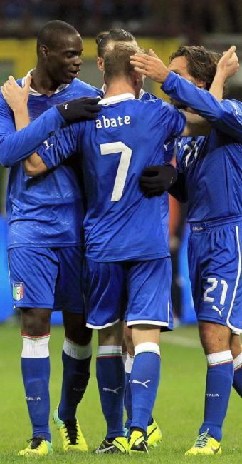 Abate (no centro) comemora o seu gol e o único da Itália na partida, abraçado por Balotelli e Pirlo - Foto: Alessandro Garofalo | REUTERS