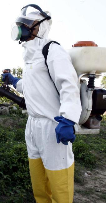Homens trabalham duramente fazendo o bloqueio do mosquito em Feira - Foto: Luiz Tito | Ag. A TARDE
