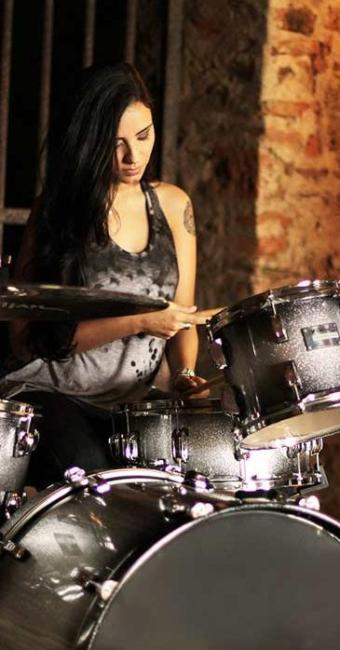 A baiana Patrícia Teles é uma das bateristas que se apresentam no Teatro Jorge Amado - Foto: Alessandra Nohvais | Divulgação