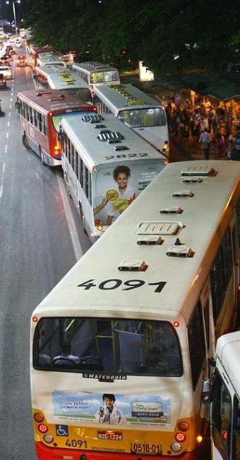 A faixa exclusiva na avenida ACM causou uma enorme fila de ônibus nos dois primeiros dias - Foto: Margarida Neide | Ag. A TARDE