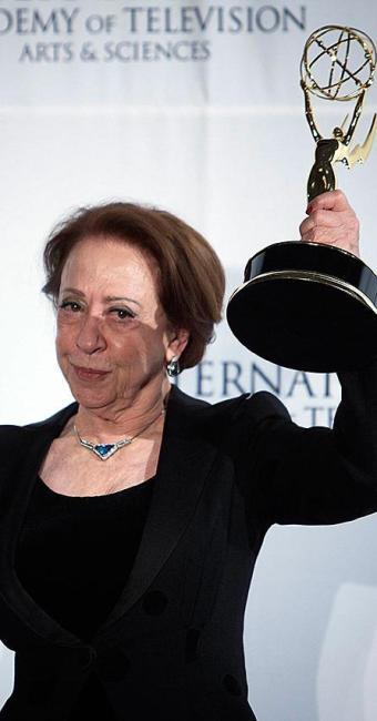 Fernanda ergue o troféu de Melhor Atriz do Emmy - Foto: Carlo Allegri | Reuters