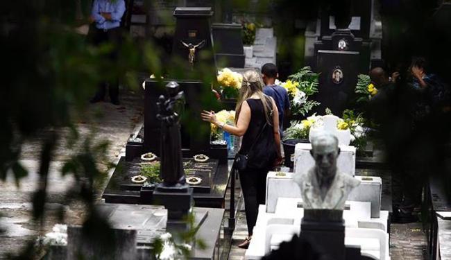 Muitos fiéis foram ao cemitério do Campo Santo homenagear os entes queridos mortos - Foto: Fernando Vivas / Ag. A Tarde