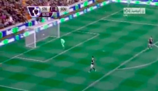 Bola engana e encobre o goleiro do Southampton, em jogo do Campeonato Inglês - Foto: Youtube | Reprodução