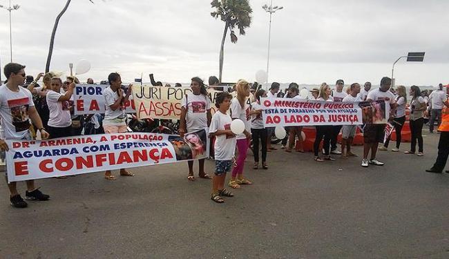 Parentes e amigos dos irmãos saíram da Barra em direção a Ondina, onde ocorreu o acidente - Foto: Renato Alban   Ag. A TARDE