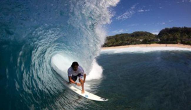 Marco Fernandez terá que demonstrar sua habilidade em ondas tubulares no Havaí - Foto: Divulgação