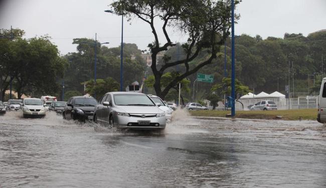 Várias avenidas estão com alagamentos por causa da chuva - Foto: Edilson Lima | Ag. A TARDE