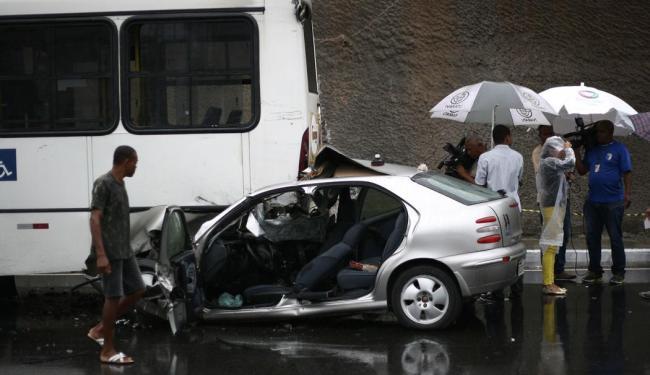 Carro entrou na via exclusiva e bateu no coletivo que estava parado - Foto: Raul Spinassé | Ag. A TARDE