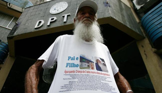 Antônio José Lima, pai da criança, pede justiça - Foto: Luiz Tito | Ag. A TARDE