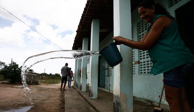 Na Escola Municipal Paula de Freitas,as fortes chuvas e as pedras de granizo inundaram as salas - Foto: Luiz Tito   Ag. A TARDE