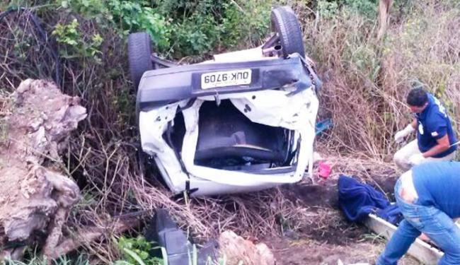 Após bater no caminhão, Uno caiu em ribanceira - Foto: Reprodução