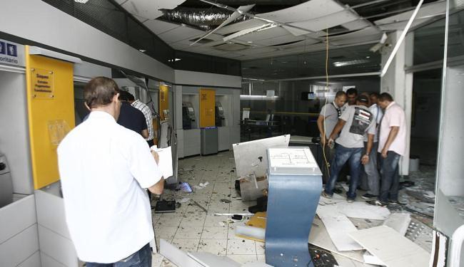 A explosão danificou três caixas eletrônicos - Foto: Luiz Tito   Ag. A TARDE
