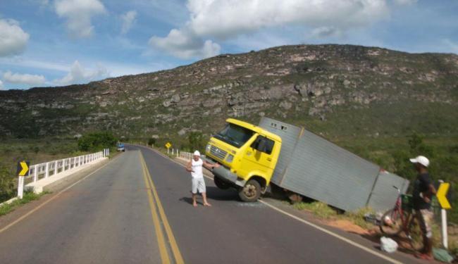 Caminhão foi utilizado para impedir fuga, mas bandidos obrigaram reféns a empurrar - Foto: Deodato Alcântara | Ag. A TARDE