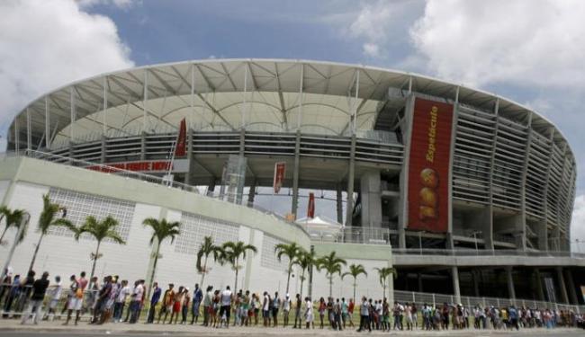 Torcedores enfrentam enorme fila, na Arena Fonte Nova, para conseguirem ingressos - Foto: Raul Spinassé / Ag. A TARDE