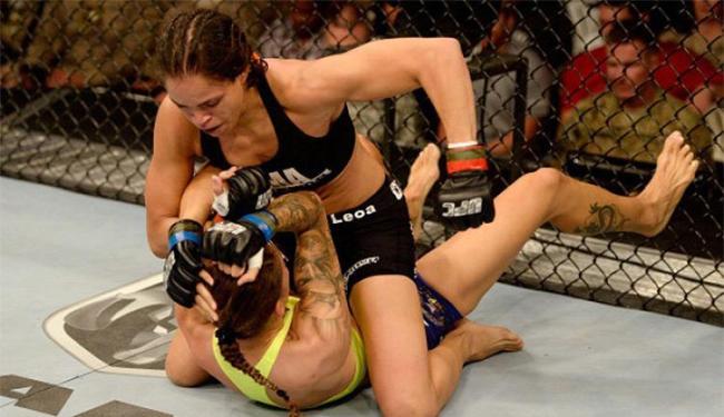 Amanda Nunes castiga adversária com muitos socos e cotoveladas no chão - Foto: GettyImages