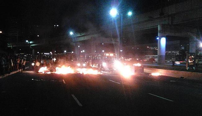 Moradores incendiaram madeiras e lixo no meio da avenida - Foto: Lucas Coutinho | Facebook