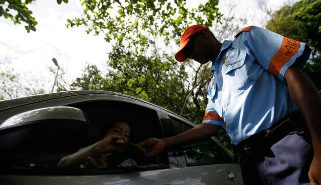 Na primeira blitz, 20 veículos foram notificados - Foto: Raul SPinassé | Ag. A TARDE