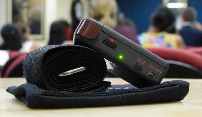 O botão é leve e preso ao corpo por um cinto. É parecido com um controle remoto de garagem - Foto: Antonio Cosme | Divulgação
