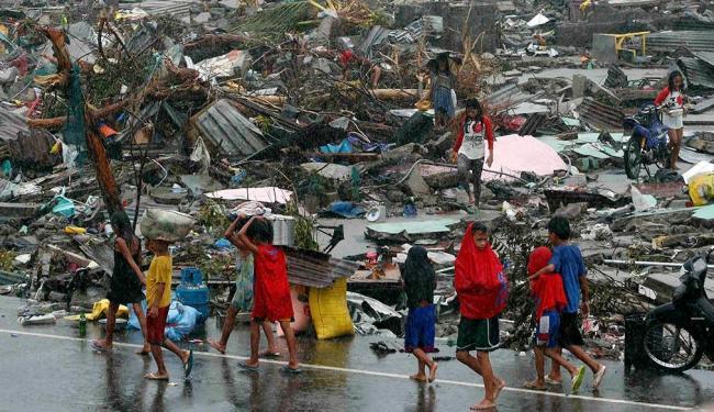 Corpos são vistos nas ruas enquanto sobreviventes pedem alimentos, água e medicamentos - Foto: Agência Reuters