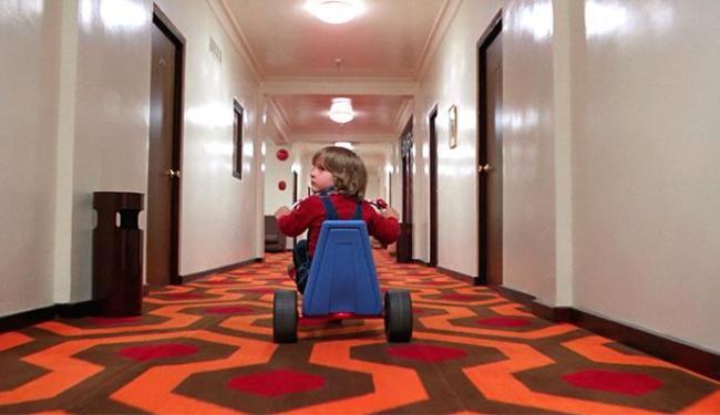 O pequeno Danny, que percorria o tenebroso hotel de O Iluminado em um triciclo, cresceu em Dr. Sleep - Foto: Divulgação