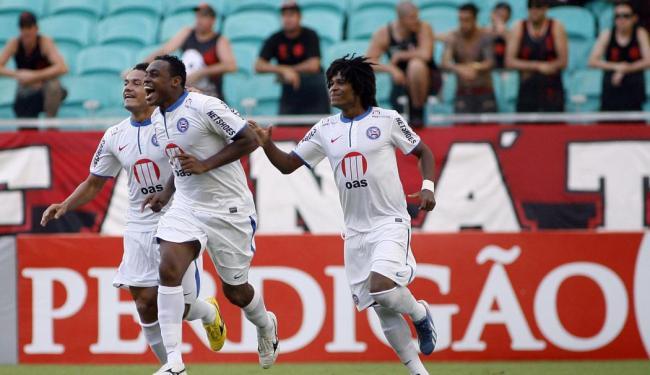 Obina (no centro) vai ser a esperança de gols do Bahia no jogo contra o Santos - Foto: LUCIO TAVORA / AG. A TARDE