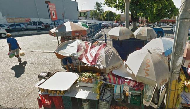O ambulante vendia frutas em frente ao estacionamento do supermercado - Foto: Reprodução   Google Street View