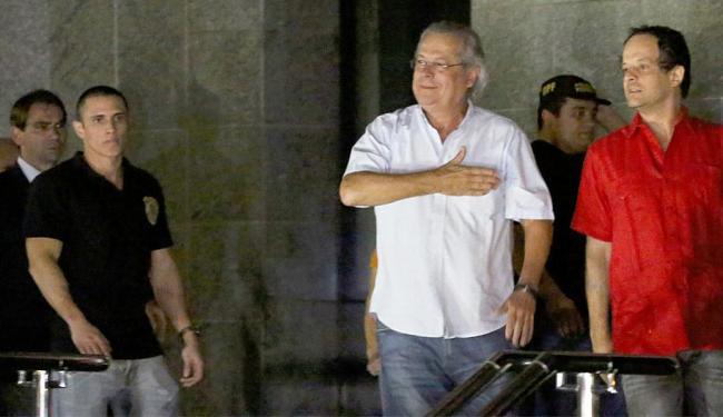 Dirceu (camisa branca), no momento da chegada à sede da Polícia Federal em São Paulo - Foto: Agência Reuters