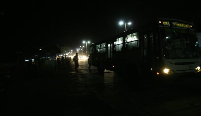 No Jardim dos Namorados, passageiros enfrentam a escuridão em pontos de ônibus - Foto: Margarida Neide | Ag. A TARDE