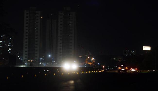 Na principal entrada da cidade, a iluminação surge apenas pelos faróis dos veículos - Foto: Lúcio Távora | Ag. A TARDE