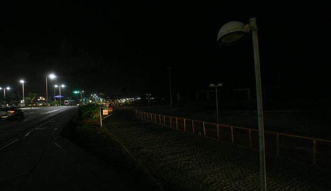 No Jardim dos Namorados, postes sem luz deixam sombrios os caminhos à beira-mar - Foto: Margarida Neide | Ag. A TARDE