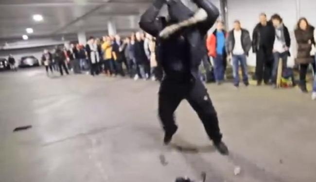 O homem estraçalha o videogame em suposto da ataque de fúria - Foto: Reprodução